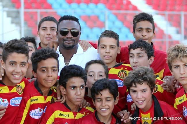 Michaël Eneramo entouré des jeunes de l'Espérance de Tunis, le 31 mai 2015 à El Menzah. (Photo CHALA)