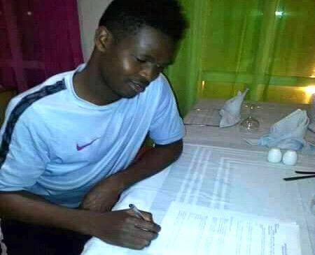 Le béninois Chams-Deen Chaona, signant son contrat avec l'Espérance. (Photo twitter)