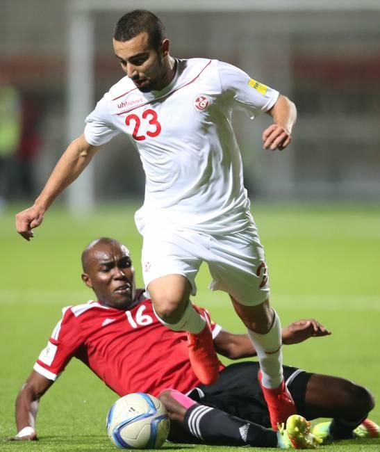 Naïm Sliti aux prises avec Mosrati lors du match Libye - Tunisie 0 - 1 disputé à Alger le 11 novembre 2016. (Photo FTF)