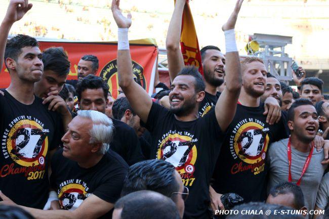 Les joueurs de l'Espérance de Tunis fêtant leur 27è titre de champion de Tunisie. (Photo CHALA)