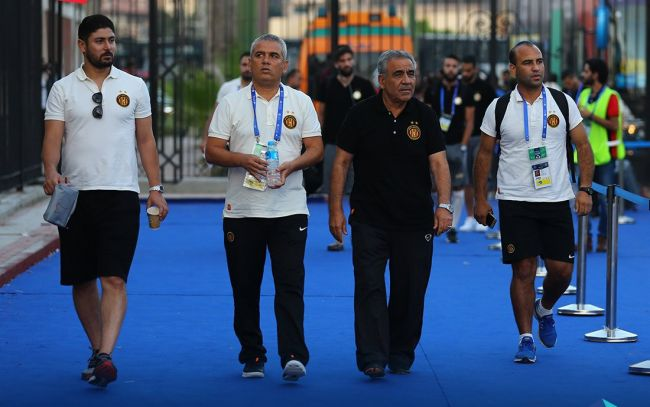 Staff technique et médical de l'Espérance de Tunis à l'entrée du stade d'Alexandrie, le 6 août 2017. (Photo @UAFAAC)