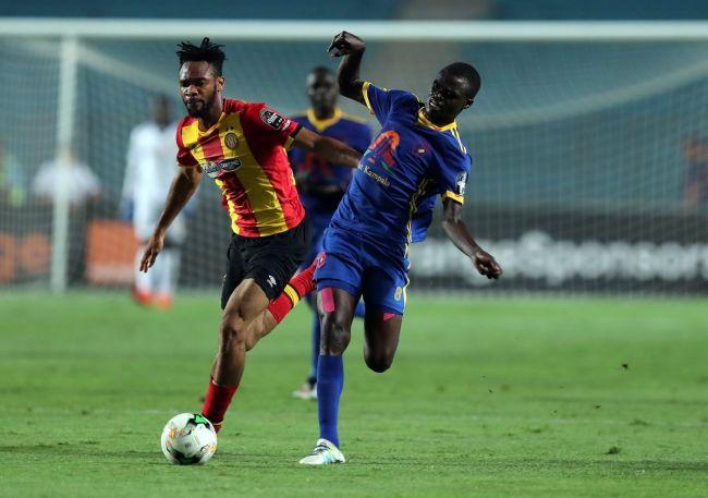Duel entre Coulibaly et le buteur de KCCA FC, Jackson Nunda. (Photo CAFOnline.com)
