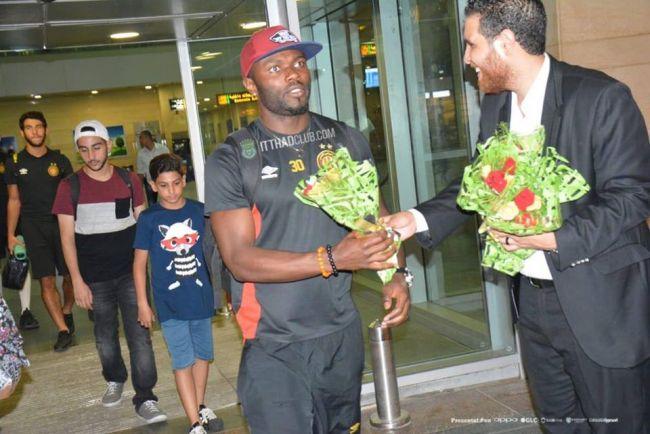 Frank Kom accueilli par des fleurs par le représentant d'Al Ittihad d'Alexandrie. (Photo @@itthadalexsc)