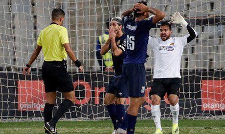 Stupeur des joueurs de l'Espérance face aux décisions injustes de l'arbitre Mehdi Abid Charef. (Photo twitter)