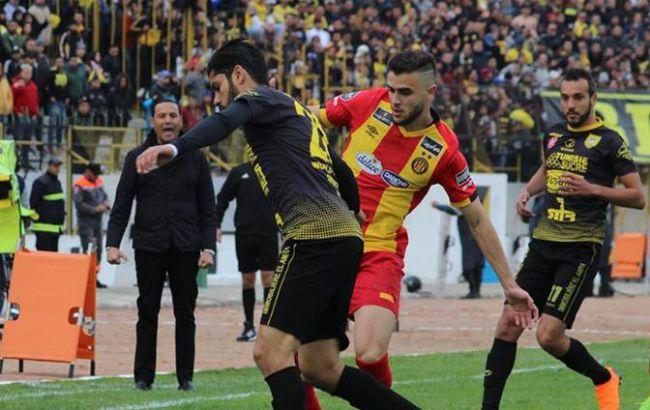 Duel entre Tayeb Meziani (EST) et Fahmi Maâouani (CAB) le 23 janvier 2019 au stade 15 Octobre de Bizerte. (Photo espacemanager.com)