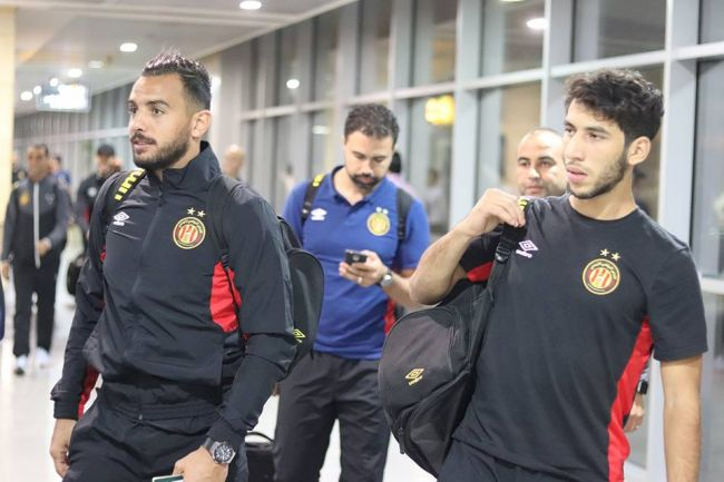 Ben Chérifia et Meskini à l'aéroport s'apprêtant à voyager avec leur équipe. (Photo est.org.tn)
