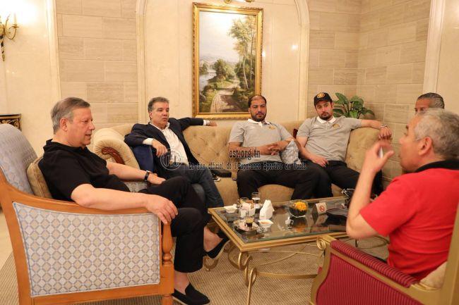 Tarek Dhiab rend visite aux Sang et Or à Doha. (Photo est.org.tn)