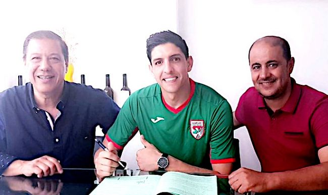Ali Jemal signe au Stade Tunisien. (Photo Dimanche Sport)