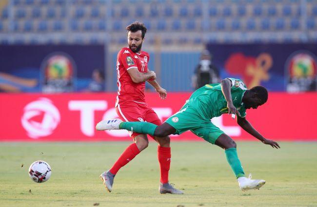 Taha Yassine Khenissi et le sénégalais Badou Ndiaye lors de la demi-finale de la CAN 2019. (Photo CAFOnline.com)