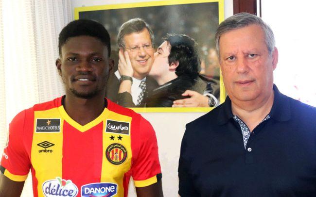 La nouvelle recrue Kwame Bonsu en photo officielle avec le président Hamdi Meddeb. (Photo est.org.tn)