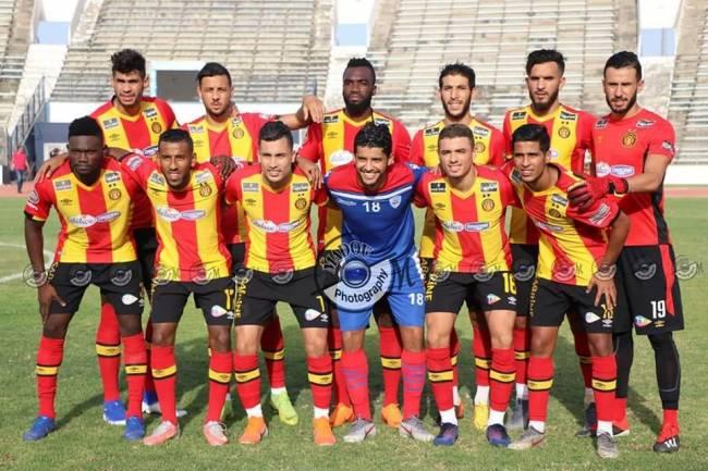 Saâd Bguir posant avec ses anciens coéquipiers lors du match amical face à Abha FC. (Photo MADOU)