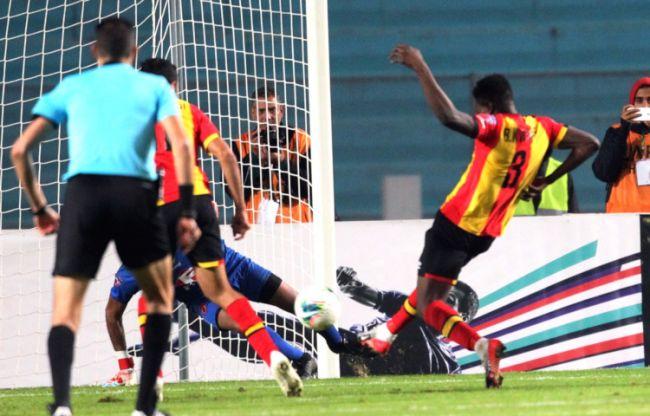 Le but de Kwame Bonsu contre OC Safi est insuffisant pour qualifier l'Espérance de Tunis pour les quarts de finale du championnat arabe des clubs. (Photo UAFAAC)