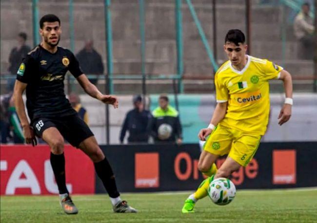 Les joueurs Fedi Ben Choug et Hocine El Orfi lors de la rencontre JS Kabylie - Espérance disputée le 1er février 2020 à Tizi-Ouzou. (Photo CAFOnline)