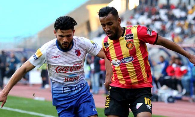 Duel entre Hamdou Elhouni et Hédi Khalfa lors du match face à l'US Tataouine, le 9 février 2020 à Radès. (Photo est.org.tn)
