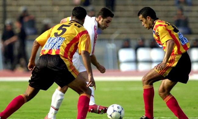 Hazem Emam (Zamalek) face au duo sang et or Jawhar Mnari et Mouïne Chaâbani. (Photo CAFOnline.com)
