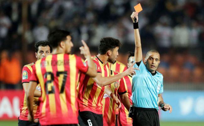 L'arbitre marocain Redouane Jiyed expulse injustement le joueur Mohamed-Ali Ben Romdhane lors du match face au Zamalek. (Getty Images)