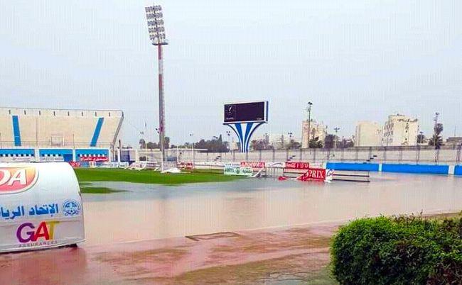 La pelouse du stade Mustapha Ben Jannet est incapable d'abriter la rencontre entre l'US Monastir et l'Espérance de Tunis en raison de la pluie. (Photo twitter)