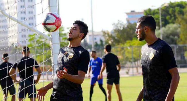 Les joueurs Mohamed-Ali Ben Hammouda et Fédi Ben Choug à l'entraînement au Parc Hassen Belkhodja. (Photo est.org.tn)