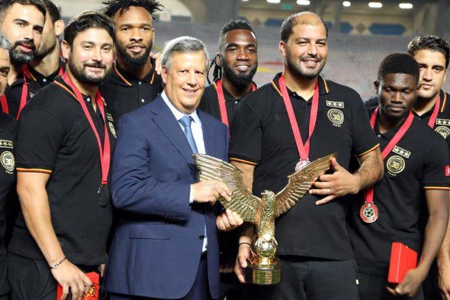 Le trophée du championnat de Ligue 1 2019/2020 a été remis à l'Espérance de Tunis à l'issue de son match face à l'ES Métlaoui. (Photo est.org.tn)