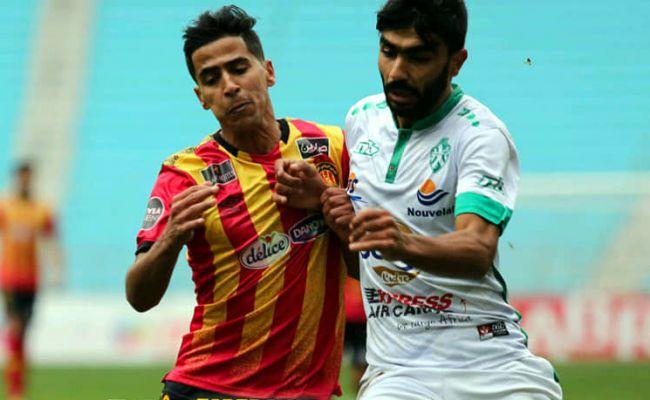 Duel entre Abderraouf Benguit et un joueur de la JS Kairouanaise, le 31 décembre 2019 au stade de Radès. (Photo est.org.tn)