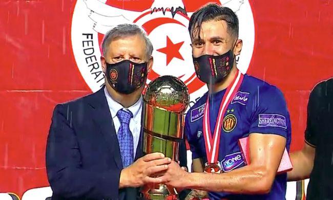 Le président Hamdi Meddeb et le gardien Rami Jeridi soulèvent le trophée de la Supercoupe de Tunisie 2018/2019. (Photo Al Kass Channel)