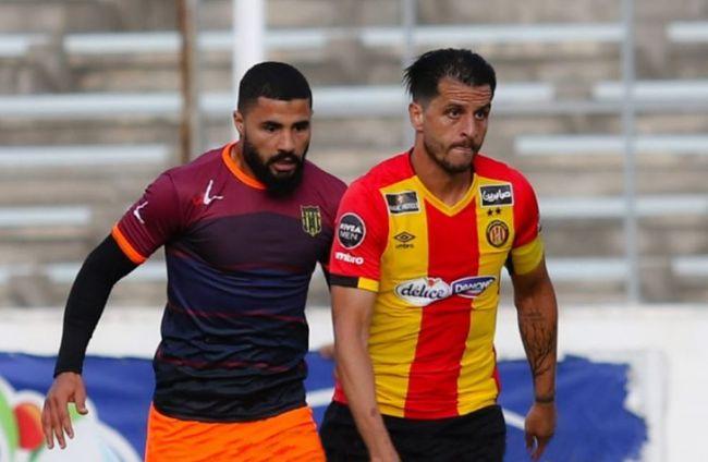 Duel entre Khalil Chammam et Mondher Guesmi lors d'un match face à l'US Ben Guerdane. (Photo est.org.tn)