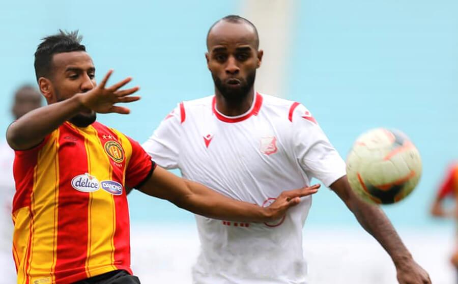 Duel entre Hamdou Elhouni et Aboubakr Bouakila lors du match face à Al Ahly de Benghazi au stade de Radès. (Photo est.org.tn)