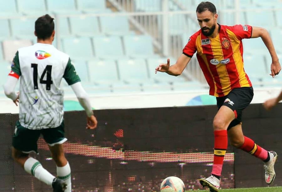 Hamdi Naguez face à Moemen Zbidi lors du match face à l'AS Rejiche, le 10 janvier 2021 à Radès. (Photo est.org.tn)