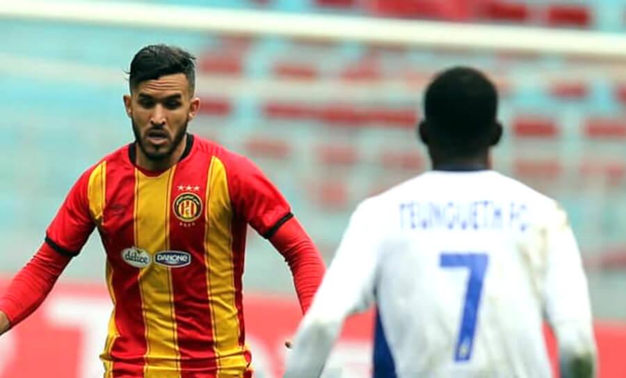 Abdelkader Bedrane face au buteur sénégalais Djibril Sylla de Teungueth FC. (Photo est.org.tn)
