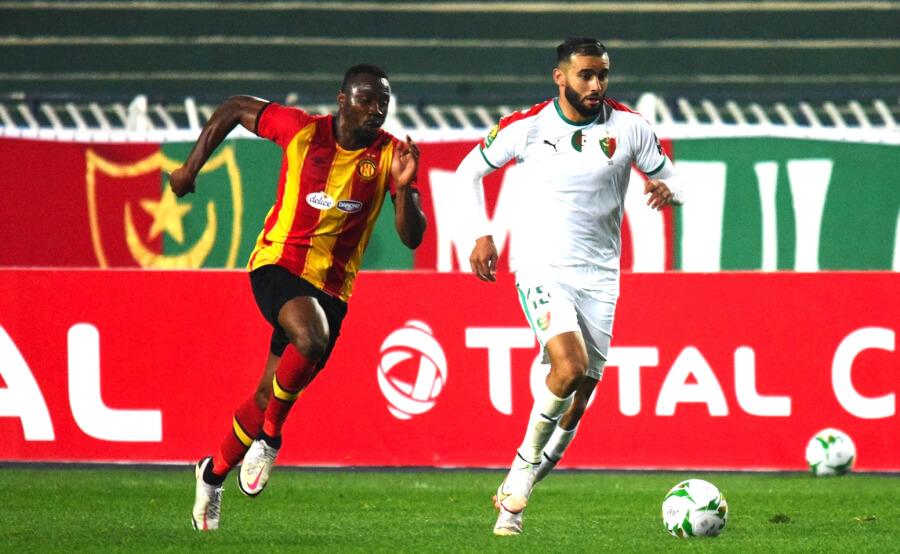 William Togui et Nabil Lamara lors du match entre l'Espérance et le MC Alger en Ligue des champions d'Afrique. (Photo @ Mouloudia Club d'Alger)