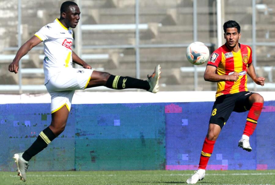 Presnel Arnaud Banga et Abderraouf Benguit lors du match face à l'US Ben Guerdane le 10 mars 2021 à El Menzah. (Photo est.org.tn)