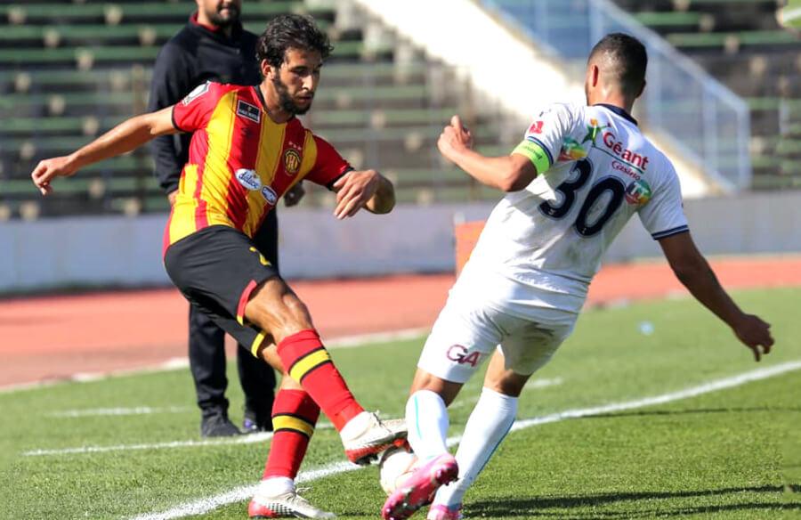 Duel entre Mohamed-Amine Meskini et Fahmi Ben Romdhane lors du match face à l'US Monastirienne au stade d'El Menzah. (Photo est.org.tn)