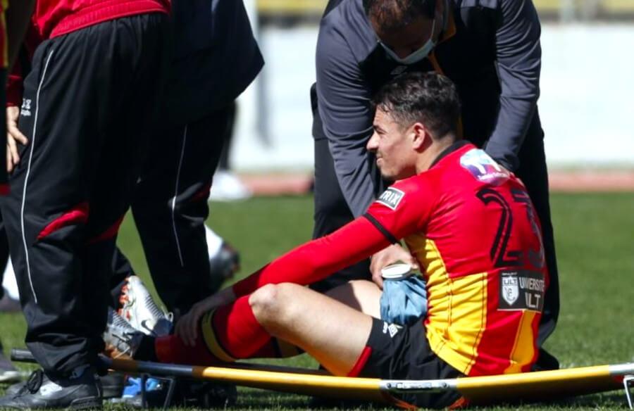 Ilyes Chetti, blessé, contraint de quitter la pelouse sur une civière. (Photo twitter)
