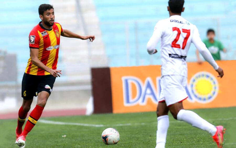 Mohamed Ali Yaâkoubi face à Abderrahmane Hanchi lors du match face à l'Olympique de Béja du 7 avril 2021 au stade de Radès. (Photo est.org.tn)