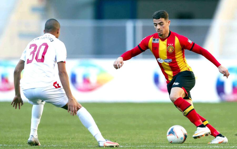 Le latéral gauche Ilyes Chetti face à Darwin González lors du match contre l'Etoile du Sahel au stade de Radès. (Photo est.org.tn)