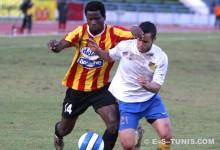 L'attaquant sang et or Oussou Konan en duel avec un défenseur du MAS de Fès en Coupe maghrébine des clubs vainqueurs de coupe. (Photo CHALA)