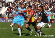 Youssef Msakni crocheté dans la surface de réparation obtenant un penalty face à l'US Monastir, le 20 novembre 2011 à El Menzah. (Photo CHALA)