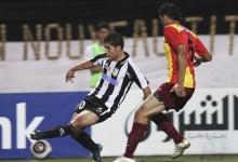 Djabou aux prises avec l'ex-Sang et Or Ben Youssef. Les reverra-t-on en Sang et Or ? (Photo : Algeria Foot)